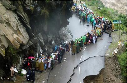 יותר מאלף בני אדם נהרגו בהצפות בצפון הודו. תושבים רבים וגם תיירים זרים עדיין ממתינים לחילוץ (צילום: AFP) (צילום: AFP)