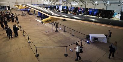 במוזיאון התעופה סמית'סטאון בווירג'יניה הציגו מטוס סולארי בעל רוחב כנף של 63 מטרים שמסוגל לטוס במהלך היום והלילה ללא צורך בדלק (צילום: AFP) (צילום: AFP)