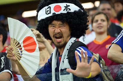 אוהד נבחרת יפן בכדורגל חוגג במהלך משחק נבחרתו נגד נבחרת איטליה בטורניר גביע הקונפדרציות הנערך בברזיל (צילום: AFP) (צילום: AFP)