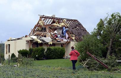 סופה חזקה שפקדה את דרום-מערב צרפת גרמה להצפות גדולות, לנזקים לעשרות בתים, לשיבושים בטיסות ולמותם של שני בני אדם (צילום: AFP) (צילום: AFP)
