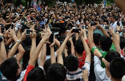 דיוויד בקהאם אמנם פרש מכדורגל, אבל אין הדבר מונע מאלפי מעריציו להקיף את מכוניתו בעת ביקורו באוניברסיטת טונג'י שבשנחאי (צילום: AFP) (צילום: AFP)