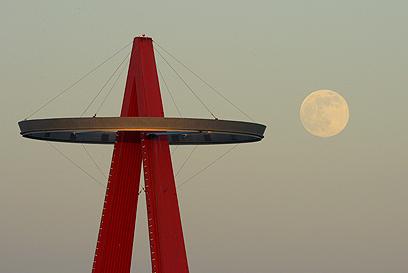 הירח מאיר על משחק של לוס אנג'לס איינג'לס נגד פיטסבורג  (צילום: AP) (צילום: AP)