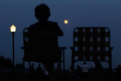 נערכים לעקוב אחר הירח בניו ג'רזי (צילום: רויטרס) (צילום: רויטרס)