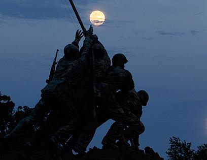 באתר הזיכרון ללוחמי הקרב על איוו ג'ימה בארלינגטון, וירג'יניה (צילום: רויטרס) (צילום: רויטרס)