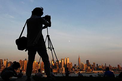הירח מעל קו הרקיע של ניו יורק (צילום: רויטרס) (צילום: רויטרס)