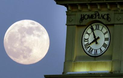 סופר-ירח לצד מגדל השעון בפרטוויל שבאלבמה (צילום: AP) (צילום: AP)