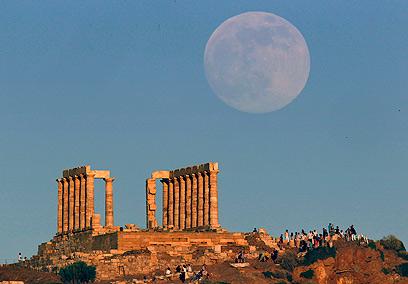 הירח מאפיל בגודלו על מקדש פוסידון ביוון (צילום: רויטרס) (צילום: רויטרס)