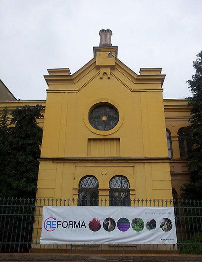 בית הכנסת באגר הפך גלריה. עיטור לוחות הברית בגג נשאר (צלם: זיו ריינשטיין) ()