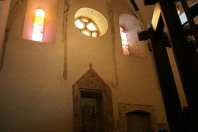 עיר עם היסטוריה יהודית. בית הכנסת מהמאה ה-12 בשופרון ()