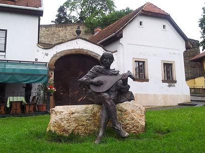 בכל שנה חוגגים את הניצחון על העות'מנים בפסטיבל. פסל באגר (צילום: זיו ריינשטיין) (צילום: זיו ריינשטיין)