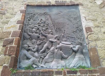 גם הנשים נלחמו. תבליט מלחמה ב-1552 בשער העיר אגר (צילום: זיו ריינשטיין) (צילום: זיו ריינשטיין)