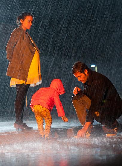 """יואב ראובני ומורן רוזנבלט ב""""שבלולים בגשם"""" (צילומים: אוריאל קרמר) (צילום: אוריאל קרמר) (צילום: אוריאל קרמר)"""