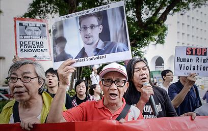 מפגינים בעד הגנה על סנואודן, מול הקונסוליה האמריקנית בהונג קונג (צילום: AFP) (צילום: AFP)