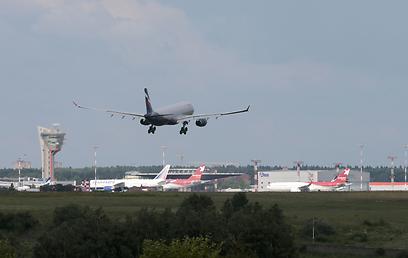 המטוס שעליו הגיע סנואודן נוחת במוסקבה, אחר הצהריים (צילום: רויטרס) (צילום: רויטרס)