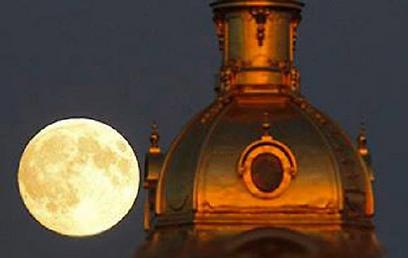 הירח מאחורי מבצר פטרופבלובסקיה בסנט פטרסבורג ()