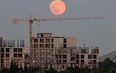 ירח אדום מעל אתר בניה בטורקיה (צילום: EPA) (צילום: EPA)