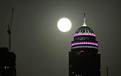 הירח בשמי דובאי (צילום: AP) (צילום: AP)