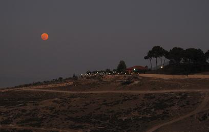 גם בהר הצופים ירושלים נראה ירח אדמדם (צילום: יוגב בר אילן) (צילום: יוגב בר אילן)
