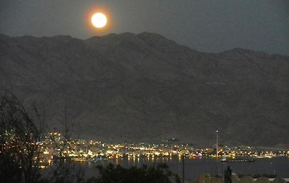 הירח מעל הרי אילת (צילום: אבי קנדלקר) (צילום: אבי קנדלקר)