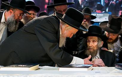 הרב אויערבך מחל על כבודו, וניגש לרב שטיינמן באצילות של מפסידים כדי ללחוץ את ידו (צילום: אוהד צויגנברג ) (צילום: אוהד צויגנברג )