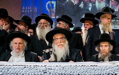 """""""רק לפני כמה ימים התקיים כאן ממש, פסטיבל פולחן אישיות לאיש אחד בן 90"""". הרב אויערבך (משמאל), האדמו""""ר מצאנז (במרכז) והרב שטיינמן (צילום: אוהד צויגנברג ) (צילום: אוהד צויגנברג )"""