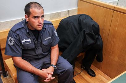אחד הנאשמים בבית המשפט (צילום: אבישג שאר-ישוב)