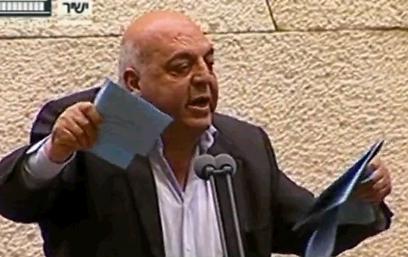 """ח""""כ אגברייה קורע את הצעת החוק (צילום: באדיבות ערוץ הכנסת) (צילום: באדיבות ערוץ הכנסת)"""