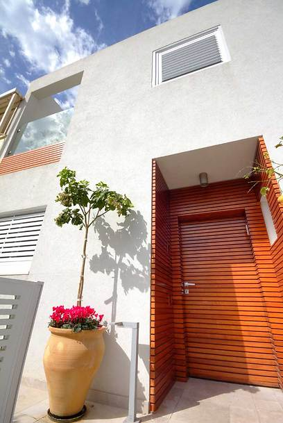 הכניסה לבית כבר מרמזת על אופיו: סגנון מודרני עם נגיעות חום ביתיות (צילום: איתן יורמן) (צילום: איתן יורמן)