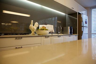 משטח העבודה שולב בחזית המטבח הרחבה עם תאורה ישירה ונסתרת (צילום: איתן יורמן) (צילום: איתן יורמן)