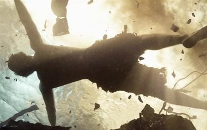 סופרמן מצטלב במי האוקיינוס