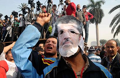 מפגינים נגד הנשיא מורסי בקהיר (צילום: AP) (צילום: AP)