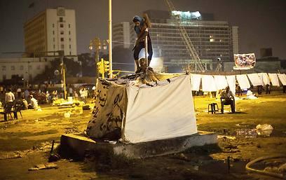אוהלים ראשונים בכיכר תחריר (צילום: AP)