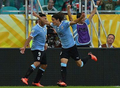 אדינסון קבאני חוגג. צמד לחלוץ המצוין של אורוגוואי (צילום: AFP) (צילום: AFP)