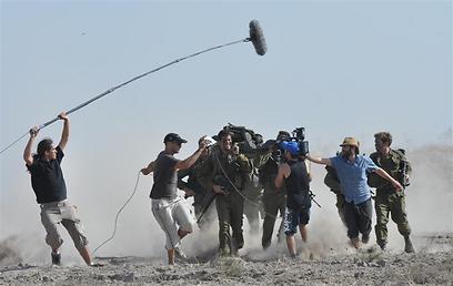 """מצלמים חיילים בשטח. יריב מוזר וצוותו על הסט של """"שבלולים בגשם"""" (צילום: אוריאל קרמר) (צילום: אוריאל קרמר)"""