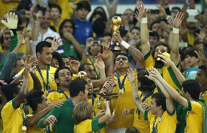 נבחרת ברזיל חוגגת עם הגביע (צילום: AP) (צילום: AP)