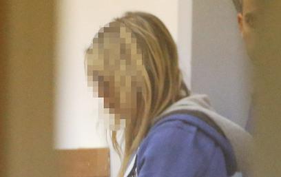החשודה בבית המשפט, היום. מה נתן הרב? (צילום: מוטי קמחי)