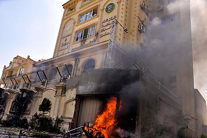 """מתנגדי השלטון הסתערו על מטה """"האחים המוסלמים"""" בקהיר והציתו אותו (צילום: EPA) (צילום: EPA)"""