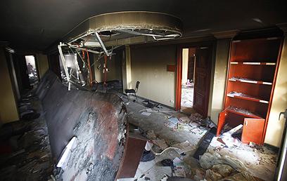 מבט מבפנים למטה השרוף (צילום: רויטרס) (צילום: רויטרס)