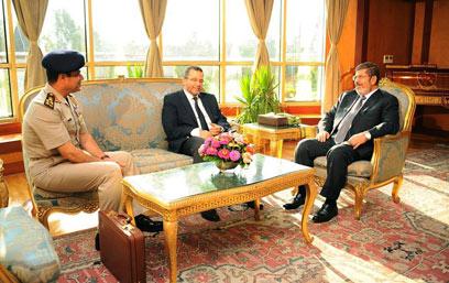 פגישת מורסי ומפקד הצבא א-סיסי, מוקדם יותר השבוע (צילום: AP)