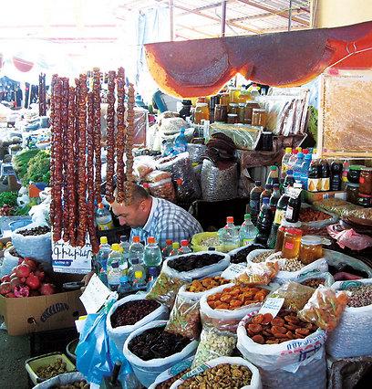 השוק בסטפנקרט, שבו מוכרים סוצ'וש - ממתק אגוזים ושזיפים (ירון וייס, טבע הדברים) (ירון וייס, טבע הדברים)