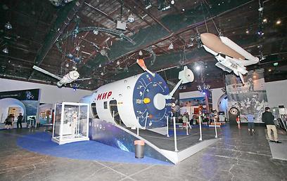 תא הפיקוד של החללית מיר. העתק עליו התאמנו הקוסמונאוטים (צילום: שוקה כהן) (צילום: שוקה כהן)