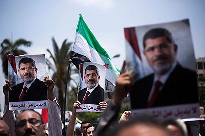 הפגנת תמיכה במורסי ליד האוניברסיטה (צילום: AP)