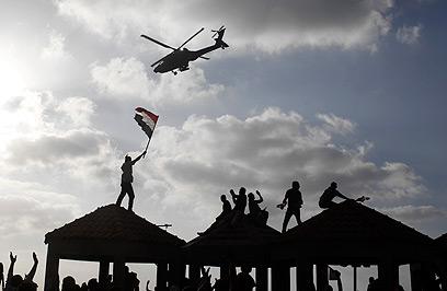 מסוק צבאי חג מעל המפגינים (צילום: רויטרס) (צילום: רויטרס)