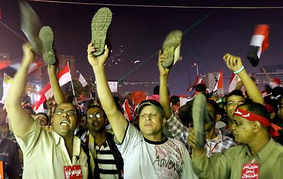 """מפגינים נגד מורסי: """"הסתלק!"""" (צילום: רויטרס)"""