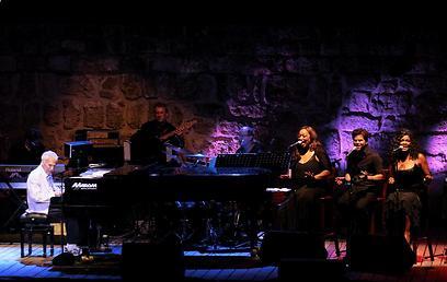 הביצועים המקוריים ללא הקאברים. ברט בכרך על הבמה   (צילום: עידו ארז) (צילום: עידו ארז)