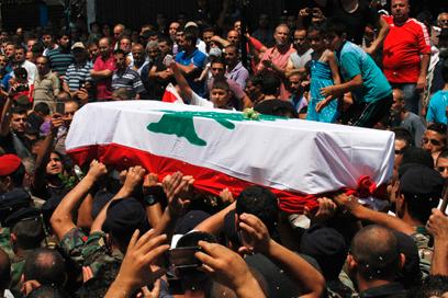הלוויה של חייל לבנוני שנהרג בעימותים עם מתנגדי חיזבאללה (צילום: רויטרס)