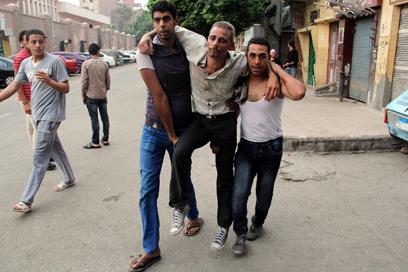 פצוע בהפגנה (צילום: AFP)