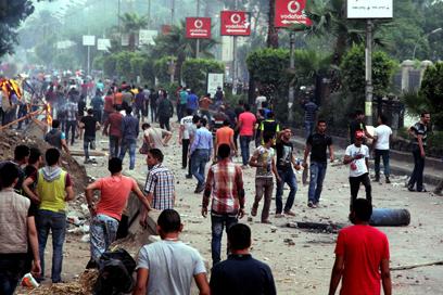 הפגנה נגד מורסי ליד האוניברסיטה (צילום: AFP)