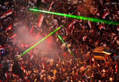 חוגגים עם לייזרים בכיכר בבירת מצרים (צילום: רויטרס)