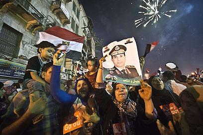 מניפים את תמונת א-סיסי (צילום: AFP) (צילום: AFP)